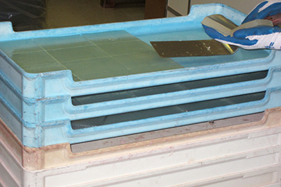 Photo showing agar in trays being cut into blocks